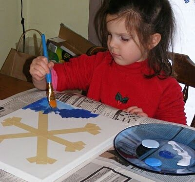 dziecko malujące farbami